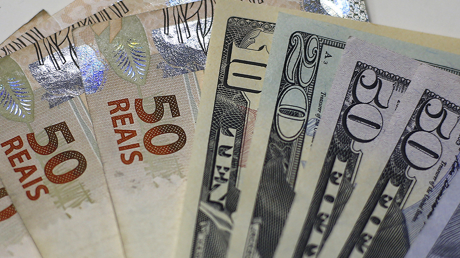 Brazilian Real and U.S. dollar notes are pictured at a currency exchange office in Rio de Janeiro, Brazil, in this September 10, 2015 photo illustration.